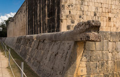Decorazione del drago alla palla che gioca terra nel Messico Immagine Stock
