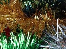 Decorazione del lamé di Natale per un fondo o un nuovo anno festivo Verde giallo e rosa bianchi fotografie stock