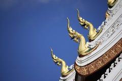 Decorazione del Naga al tetto del tempio in Luangprabang, Laos immagine stock