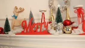 Decorazione del nuovo anno di Natale dal camino stock footage