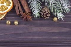 Decorazione del nuovo anno di natale di Natale con la cannella secca dell'anice stellato dei rami dei coni di abete delle arance  Immagini Stock