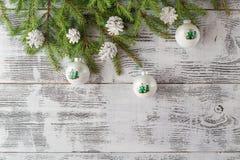 Decorazione del nuovo anno e di Natale sopra fondo di legno bianco B Fotografie Stock