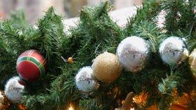 Decorazione del nuovo anno e di Natale sotto forma di corona dell'abete e rosso con le palle di Natale dell'oro e dell'argento ch archivi video
