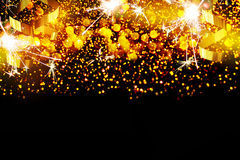 Decorazione del nuovo anno, primo piano sugli ambiti di provenienza dorati Fotografia Stock