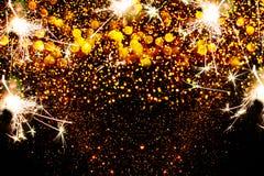 Decorazione del nuovo anno, primo piano sugli ambiti di provenienza dorati Immagini Stock Libere da Diritti