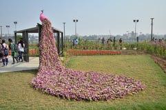 Decorazione del pavone con i fiori Fotografia Stock