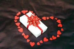 Decorazione del regalo del cuore per il giorno di biglietti di S. Valentino fotografia stock