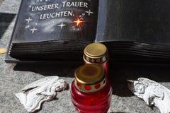 decorazione del ricordo di memoria del cimitero accanto alla tomba fotografia stock