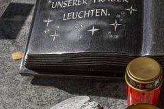 decorazione del ricordo di memoria del cimitero accanto alla tomba fotografie stock