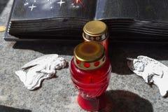 decorazione del ricordo di memoria del cimitero accanto alla tomba fotografia stock libera da diritti