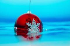 Decorazione dell'albero del nuovo anno che entra nell'acqua blu Fotografia Stock Libera da Diritti