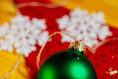 Decorazione dell'albero della palla del nuovo anno su fondo rosso Fotografia Stock