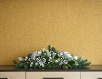 Decorazione dell'albero di abete di Natale con i coni e le palle di abete Immagini Stock