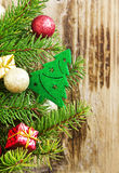 Decorazione dell'albero di Natale con le palle ed i regali sull'albero di abete Fotografia Stock Libera da Diritti
