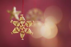 Decorazione dell'albero di Natale della stella su priorità bassa rossa Fotografie Stock Libere da Diritti