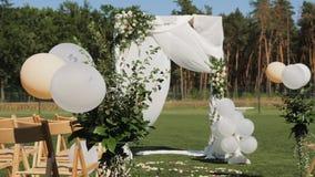 Decorazione dell'arco di cerimonia di nozze stock footage