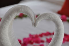 Decorazione dell'asciugamano nella camera di albergo fotografie stock libere da diritti