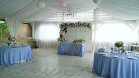 Decorazione dell'interno del corridoio di banchetto di nozze stock footage