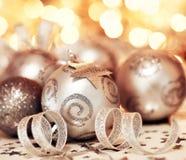 Decorazione dell'ornamento e della stella della bagattella dell'albero di Natale Fotografia Stock