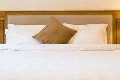 Decorazione della camera da letto con il cuscino sul letto Fotografia Stock