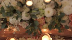 Decorazione della candela e del fiore per le nozze video d archivio