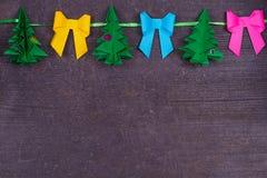 Decorazione della carta fatta a mano di Natale su vecchio fondo misero di legno Fine in su Vista da sopra, colpo superiore Immagine Stock