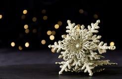 Decorazione della cartolina di Natale con i rami dell'abete e gli elementi della decorazione, fuoco selettivo Fotografia Stock Libera da Diritti