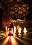 Decorazione della casa di Natale con una luce dentro Immagini Stock