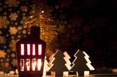 Decorazione della casa di Natale con una luce dentro Immagine Stock Libera da Diritti