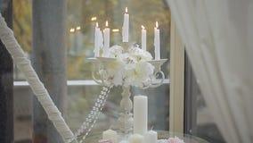 Decorazione della cerimonia di nozze Candelieri con le candele burning Candelabri antichi con le candele video d archivio