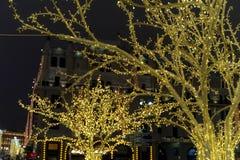 Decorazione della città di tempo di Natale Luci e giocattoli sulla via della città durante le ferie di inverno Illuminazioni fest immagini stock libere da diritti