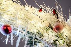 Decorazione della città di tempo di Natale Luci e giocattoli sulla via della città durante le ferie di inverno Illuminazioni fest immagine stock