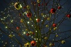 Decorazione della città di tempo di Natale Luci e giocattoli sulla via della città durante le ferie di inverno Illuminazioni fest fotografia stock libera da diritti