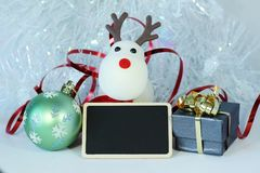Decorazione della festa di Natale con un'ardesia del messaggio vuoto Immagine Stock