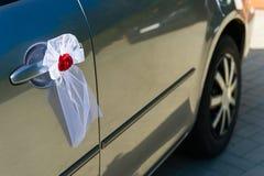 Decorazione della porta di automobile di nozze Fotografie Stock Libere da Diritti