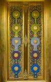 Decorazione della porta tailandese del tempio con la scultura e la verniciatura immagine stock