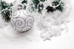 Decorazione della sfera di natale bianco Fotografie Stock