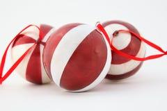Decorazione della sfera di natale di tre colori rossi Immagine Stock