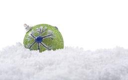 Decorazione della sfera di natale su neve Fotografia Stock