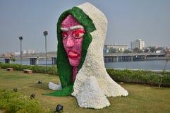Decorazione della statua del fronte di signora con i fiori Fotografia Stock