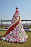 Decorazione della statua di signora con i fiori Fotografia Stock