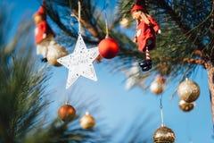 Decorazione della stella che appende sull'albero di Natale Immagini Stock Libere da Diritti