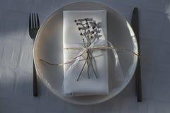 Decorazione della tavola con i fiori Immagini Stock Libere da Diritti
