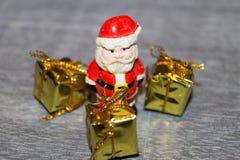 Decorazione della tavola di Natale con piccole Santa fotografia stock