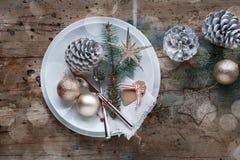 Decorazione della tavola di Natale nello stile elegante misero Fotografia Stock