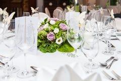 Decorazione della tavola di nozze con il mazzo del fiore fotografia stock libera da diritti