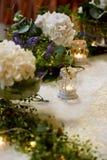 Decorazione della tavola di nozze con le ortensie bianche, una tovaglia del pizzo ed i verdi, candele Fotografia Stock Libera da Diritti