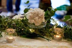 Decorazione della tavola di nozze con le ortensie bianche, una tovaglia del pizzo ed i verdi, candele Fotografia Stock