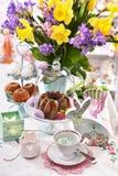 Decorazione della tavola di Pasqua con le pasticcerie ed i fiori tradizionali fotografia stock libera da diritti