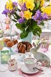 Decorazione della tavola di Pasqua con le pasticcerie ed i fiori tradizionali immagini stock